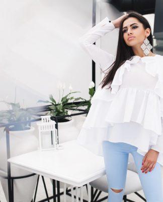 Просто и аккуратно - белая блузка с выбеленными джинсами