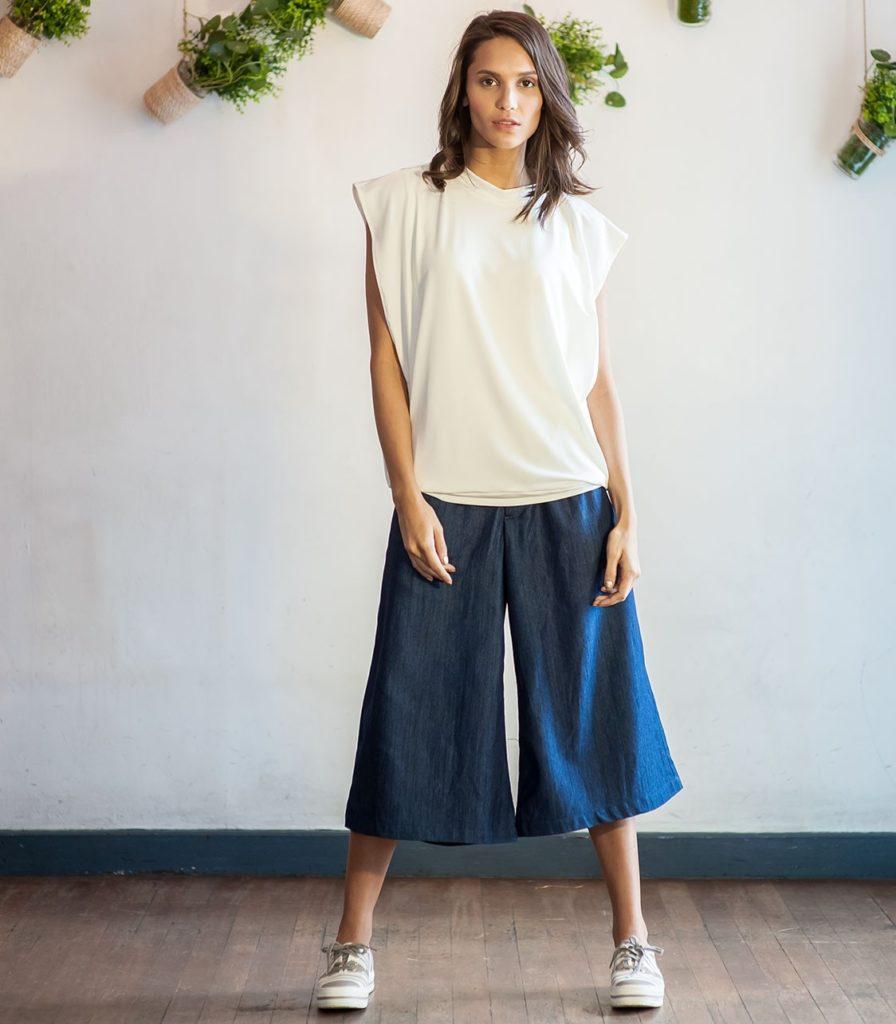Девушка в брюках-кюлотах - свободный стиль, наше время